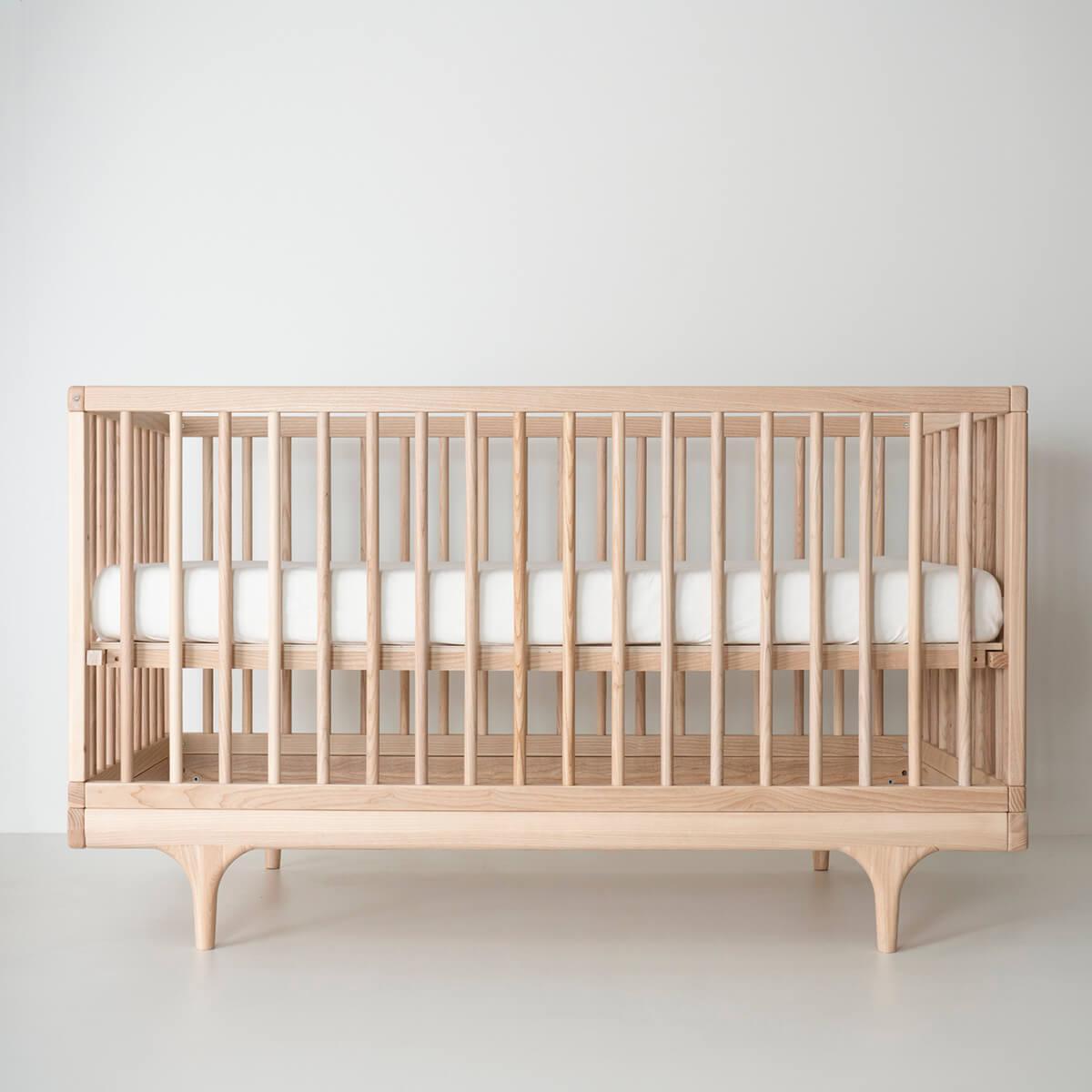 Lit bébé CARAVAN Kalon Studios frêne huilé blanchi