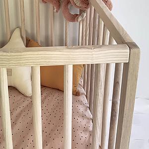 Lit bébé KERA en frêne avec top Round-pieds Retro